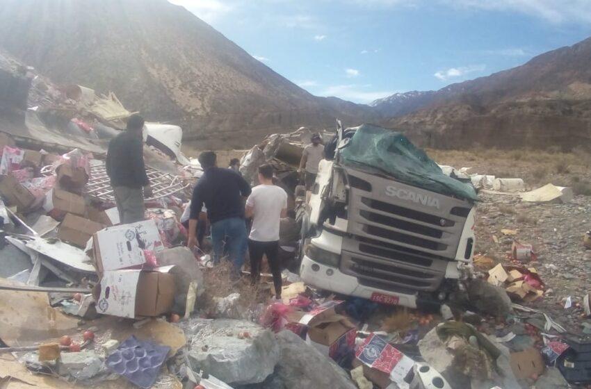 Un camión cayó varios metros por un precipicio en Alta Montaña, Uspallata. El Chófer es de Misiones