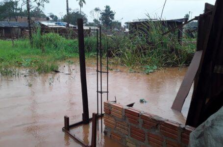 Por las lluvias algunos barrios de Iguazú padecen las inundaciones
