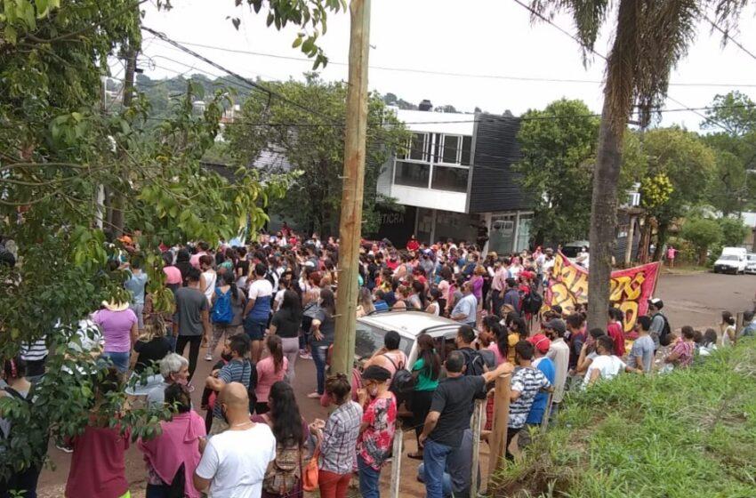 Aproximadamente 500 personas se están manifestando frente al Juzgado de Familia 1 por el caso Antonella