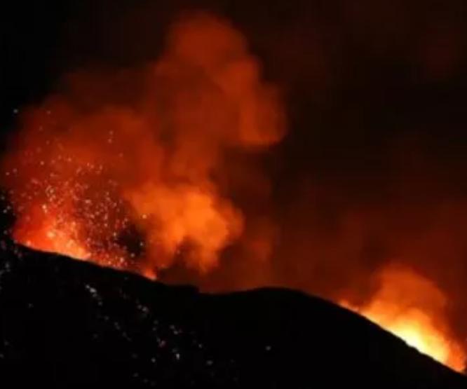 Evacúan entre 12 y 15 mil personas tras la erupción de un volcán en el Caribe
