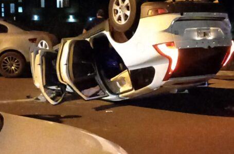 Impactante vuelco en la Avenida Hipólito Irigoyen dejó como saldo un vehículo invertido y otros rodados dañados